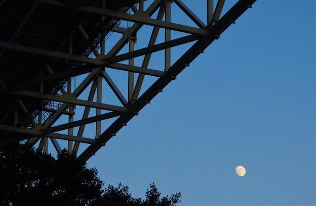 しまなみ海道に昇った 師走の月@因島大橋