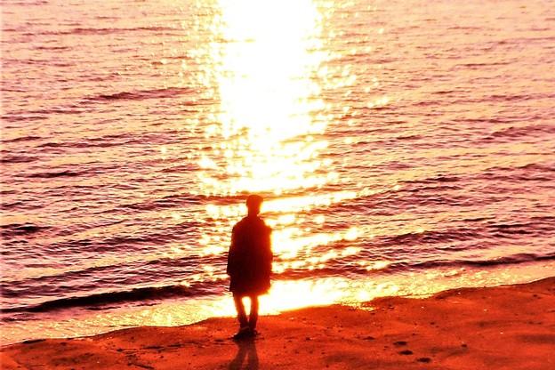 渚の冬の旅人(または恋人)@夕陽の海