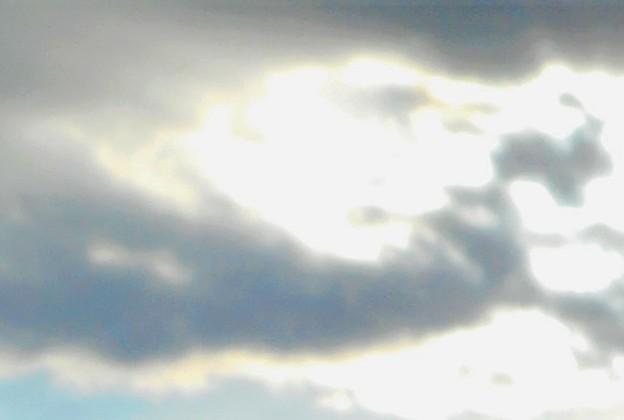 光る海の上空に@二人の人物の顔が@糸崎の丘(師走編)