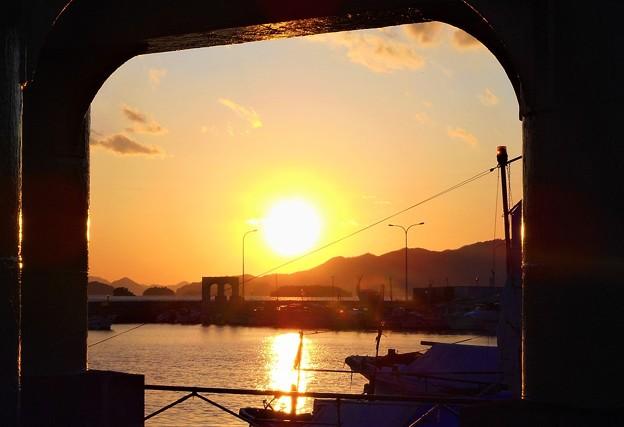 正月四日の漁港の夕景