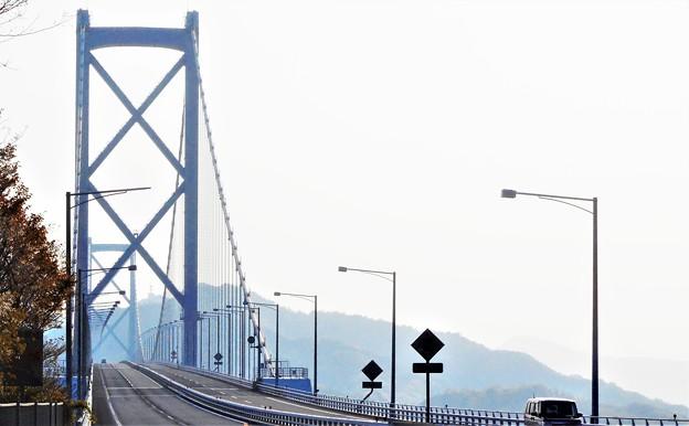 靄(モヤ)のかかった四月の しまなみ海道・因島大橋@全長1,270m