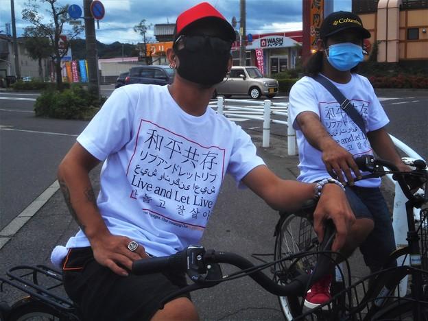 Photos: 和平共存@ペアルック@信号待ち