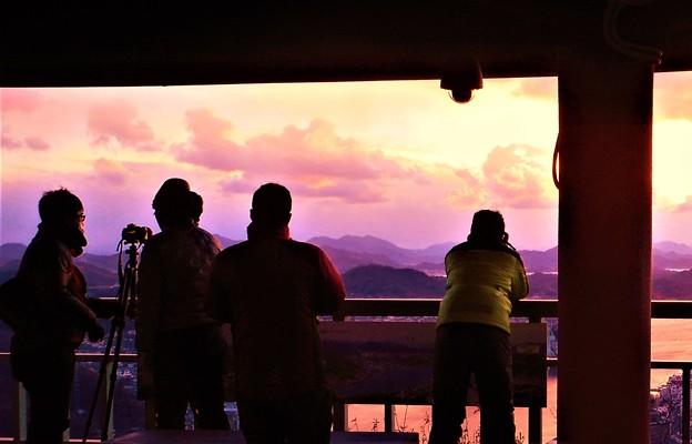 Photos: 新春の夕陽マニアたち@氷点下の瑠璃山21.1.9
