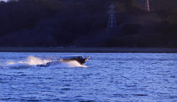 荒れた海をゆくテンダーボート@瀬戸内海