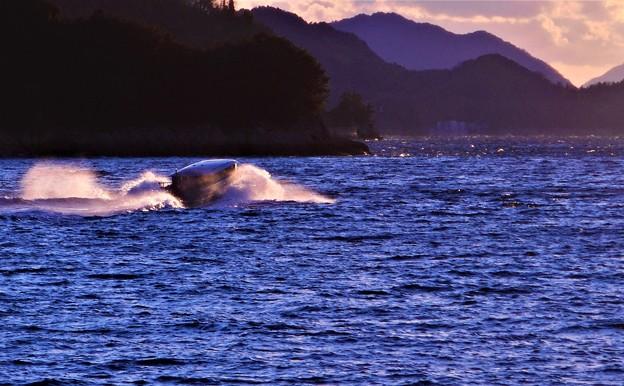 荒れた海をゆく@燧灘のテンダーボート