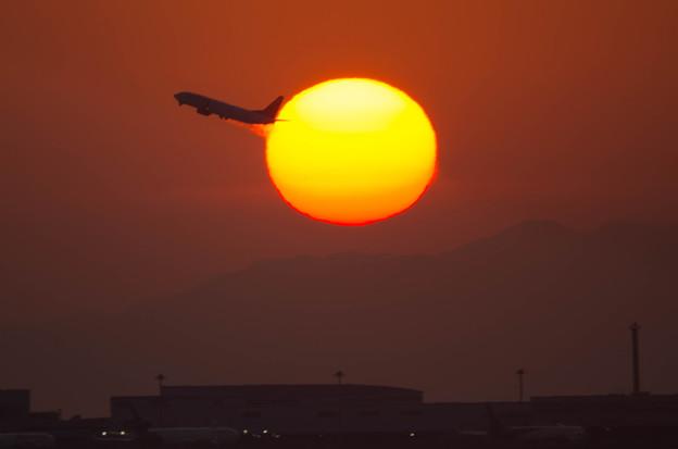夕日と離陸機