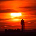 写真: 夕日と管制塔1
