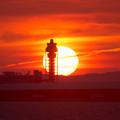 写真: 夕日と管制塔3