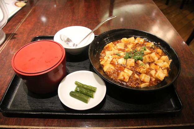 551蓬莱難波本店で食事? ごはんと麻婆豆腐 (漬物付き)