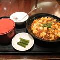 551蓬莱難波本店で食事① ごはんと麻婆豆腐 (漬物付き)