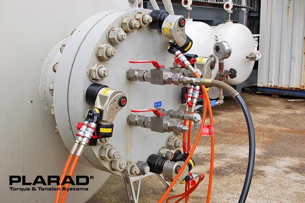 PLARAD 油圧トルクレンチでボルト4本同時並行締め