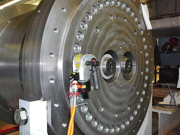 油圧トルクレンチで六角穴付きボルト - 締め付けトルク4000Nm 日本プララド