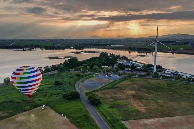 朝日に向かう熱気球