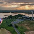 Photos: 朝日に向かう熱気球