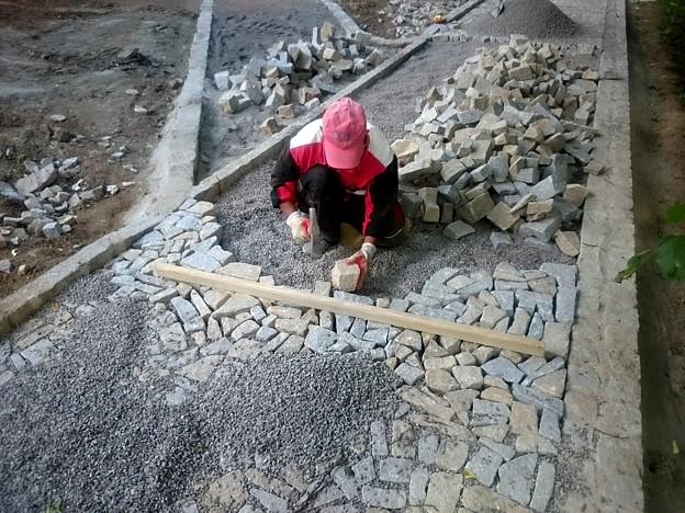 石畳を造っています