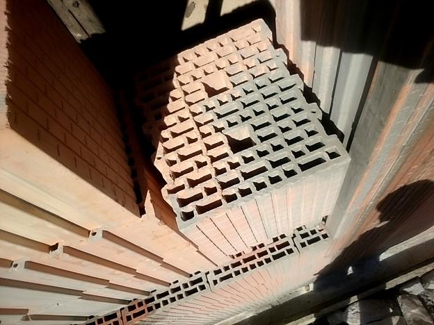 建築用のブロック、細いのは空気層ですかね?