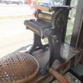 写真: 窓辺の製麺機は田中式