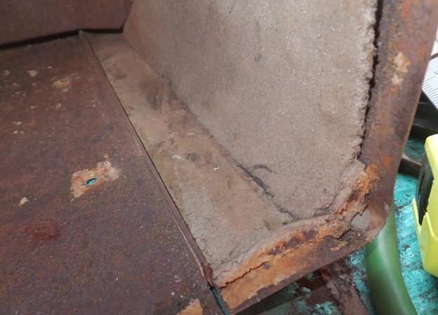 劣化の進むアスベスト板の下部
