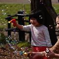 写真: ママと遊ぶ・・・シャボン玉
