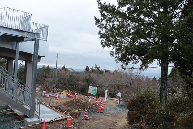 富幕山休憩舎屋根の展望デッキと階段取り付け工事