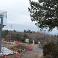 写真: 富幕山休憩舎屋根の展望デッキと階段取り付け工事
