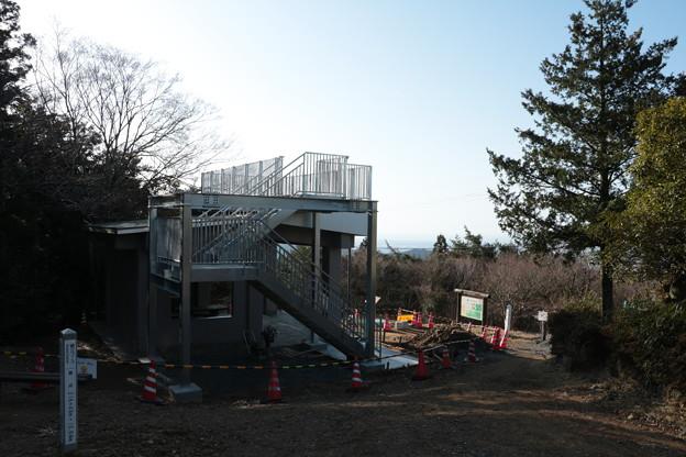 写真: 富幕山休憩舎屋根展望デッキと階段取り付け工事20日完成