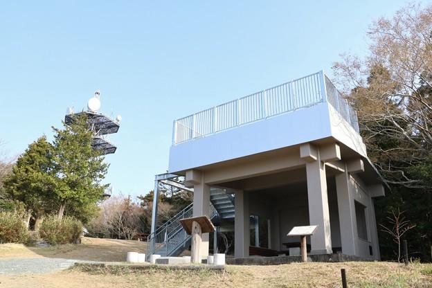 Photos: 完成の富幕山休憩舎屋根上デッキ