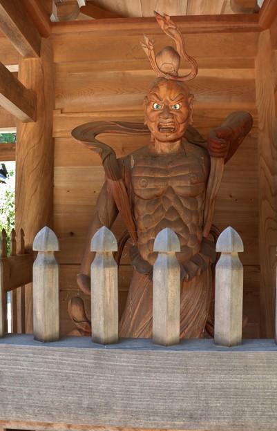 菊川正林寺山門の金剛力士 開口の阿形(あぎょう)仁王像