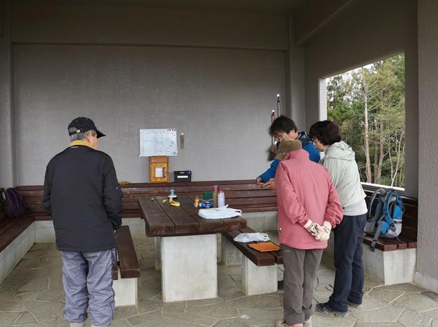 今朝の富幕山休憩舎、桜を見る会ドキ・?じゃなく、スマホ見る会