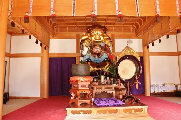 金光明山光明寺周囲約10mの一本杉の木で彫られた、日本最大級の黄金に輝く光明山光明寺高さ4メートル大黒様