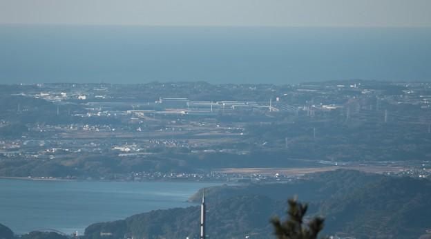 富幕山展望デッキよりスズキ湖西工場と風力発電2基
