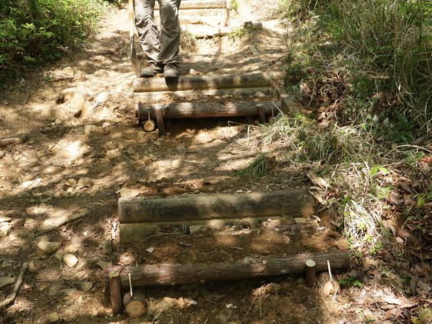 K)さん今日も階段の段差修理作業です。