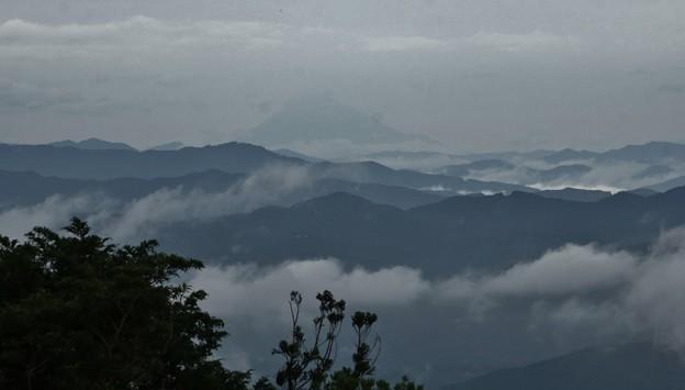 富幕山休憩舎展望デッキよりうっすら今朝の富士山