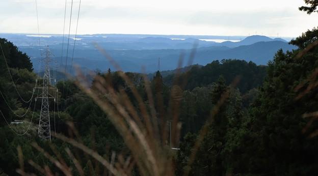 光明山林道送電線沿いより正面浜名湖と右風力発電と三岳山方面