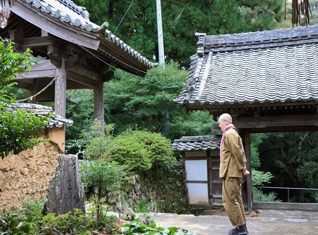 長年無人で荒れ果てた寺に長楽寺の住職が 東京から移り住んでこられたというご住職さま、吉田真譽( しんよ)さん。 気さくで明るい方なので、お寺の雰囲気までもが、温かくカラフルになったように感じられます。