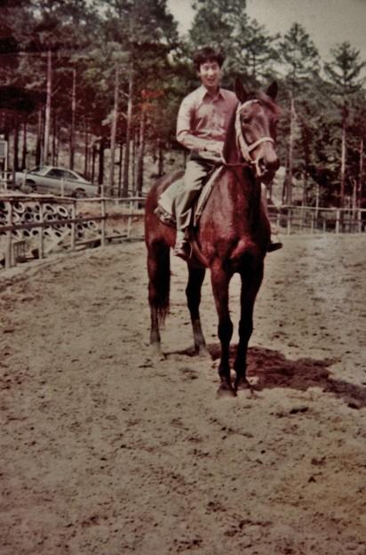 昔の写真今も奥山公園駐車場の東隣に乗馬クラブ