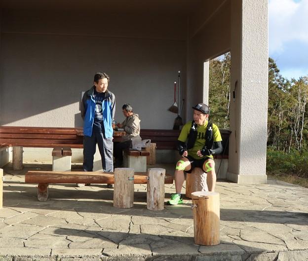 今朝の山頂休憩舎手前右のトレラン尉ヶ峰~富幕山~瓶割峠に行って尉ヶ峰方面に帰って行きました。