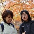 旧山友と歩いているとここで紅葉バックに写真撮っていた二人にも旧山友のコンニャクですと言って買っもらいました。