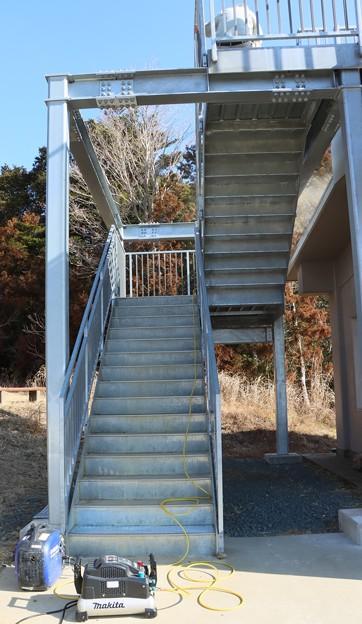 富幕山休憩舎展望デッキの階段整備