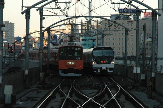 東京駅で行違う201系とE257系
