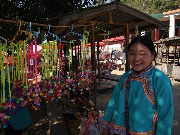 Photos: 土産を売る少女
