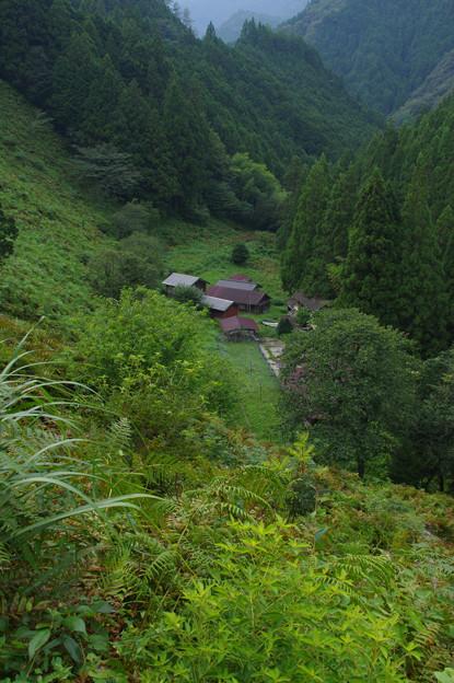 Photos: 山窪にある家