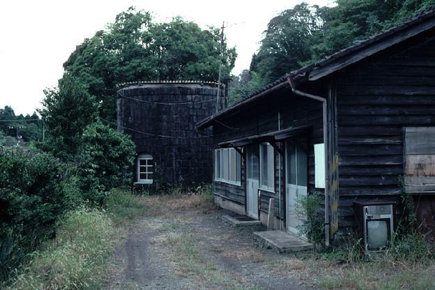 給水塔と詰所(JR肥薩線大畑駅,1998/9/30)(s108/34)