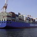 写真: コンテナ船