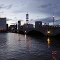 写真: 萬代橋の夕景