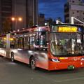 写真: 赤い連節バス