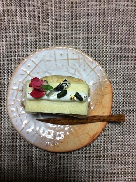 写真: 周南市、和菓子洋菓子のサダオ。ツレが職場で頂いたバラとピスタチオのケーキ