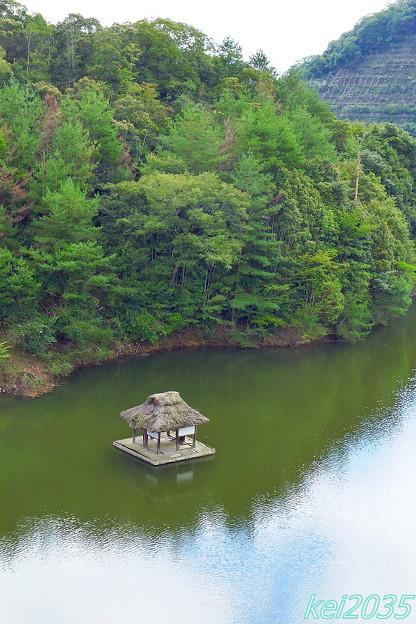 湖畔に浮かぶ謎の不思議な小屋