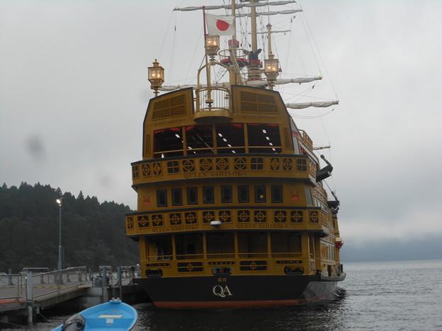 箱根観光船「QUEEN ASHINOKO」箱根町港停船中