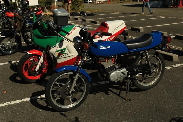 写真: スズキ RG50Eとイタリアホンダ NS125R
